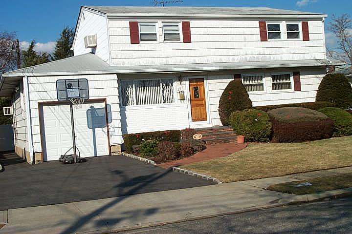ForSaleByOwner (FSBO) home in Massapequa, NY at ForSaleByOwnerBuyersGuide.com